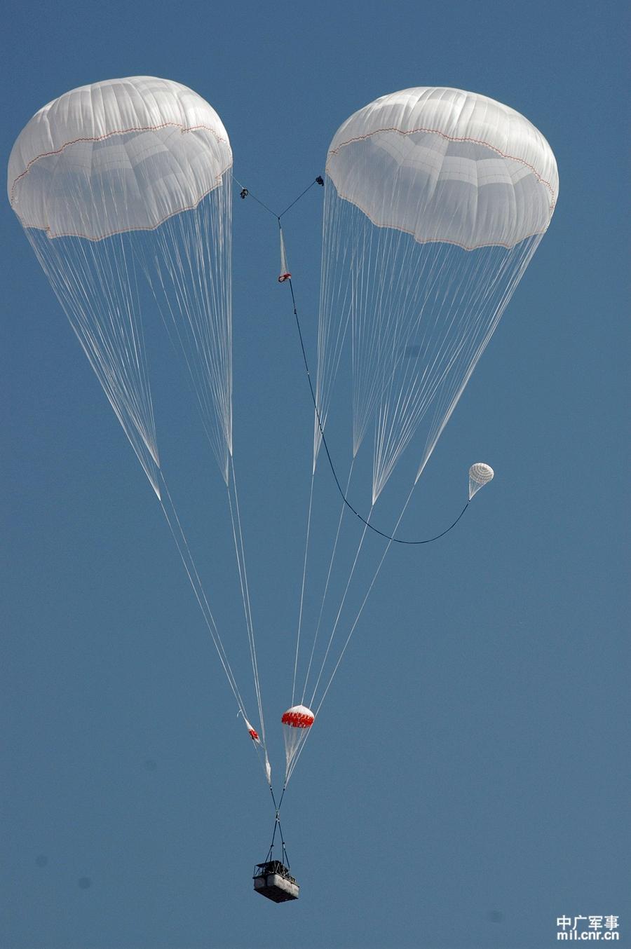 我军空降兵部队新年度跳伞训练全面展开(高清