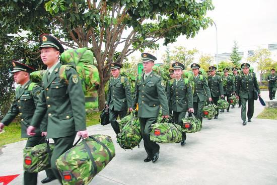 4集团军某旅,开会时参会代表自带背囊已成硬性规定. 郝进摄-军队图片