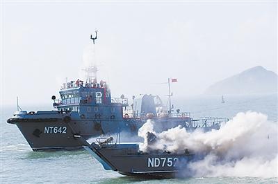 拖消船对海上起火船艇实施救援
