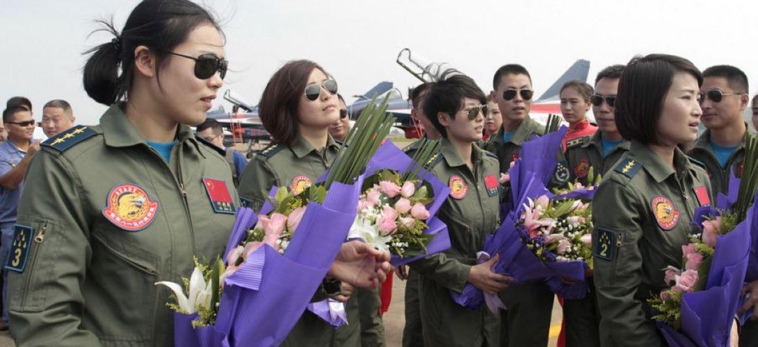 4名殲擊機女飛行員亮相 黑超遮面英姿颯爽