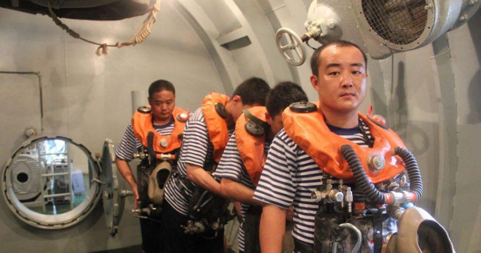 官兵類比潛艇進水危急時刻 高壓水柱直噴面龐