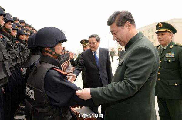 平在喀什看望了武警新疆总队某部特勤中队官兵.(记者曹智、李刚图片