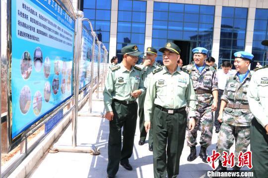 圖為集團軍首長參觀維和大隊圖片展。 張曉昆 攝