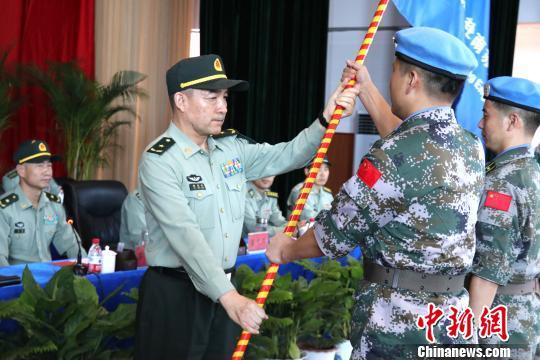 圖為集團軍首長向維和官兵授予聯合國國旗。 張曉昆 攝