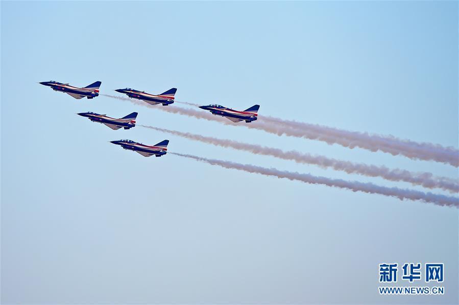 (國際)(1)中國空軍八一飛行表演隊亮相迪拜航展