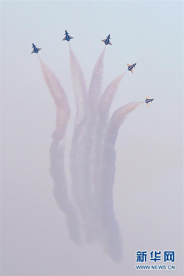 (國際)(2)中國空軍八一飛行表演隊亮相迪拜航展