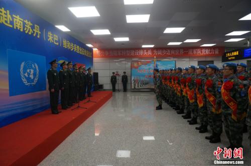 圖為中國第四批赴南蘇丹(朱巴)維和步兵營首批隊員在鄭州新鄭國際機場舉行出征儀式。 劉鵬 攝