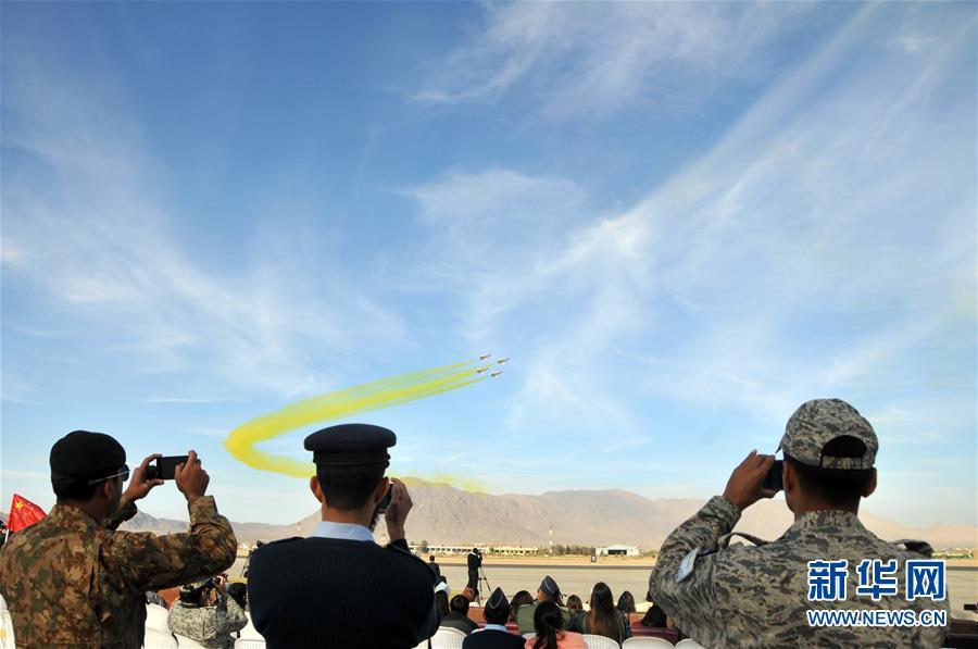 (XHDW)中國空軍八一飛行表演隊在巴基斯坦進行飛行表演