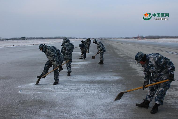 軍網女記者陪空軍老兵掃跑道:讀懂了3400米的精細(高清組圖)
