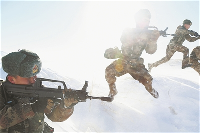 新疆軍區某裝甲團新增科目 雪野練飛兵(組圖)