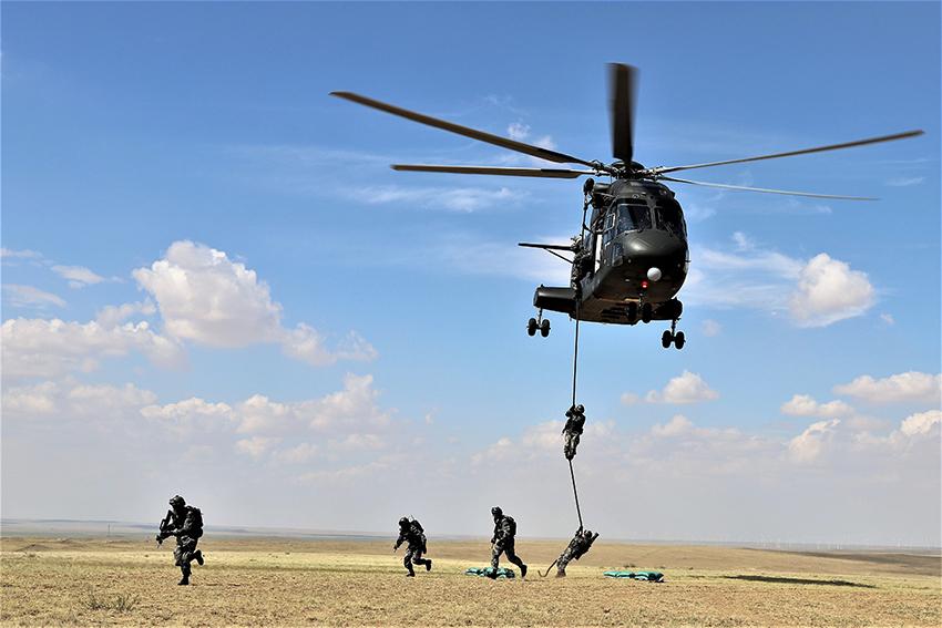 直-8直升機搭載突擊步兵滑降