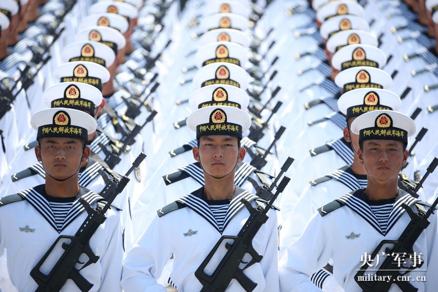 海军方队掀起浪花白