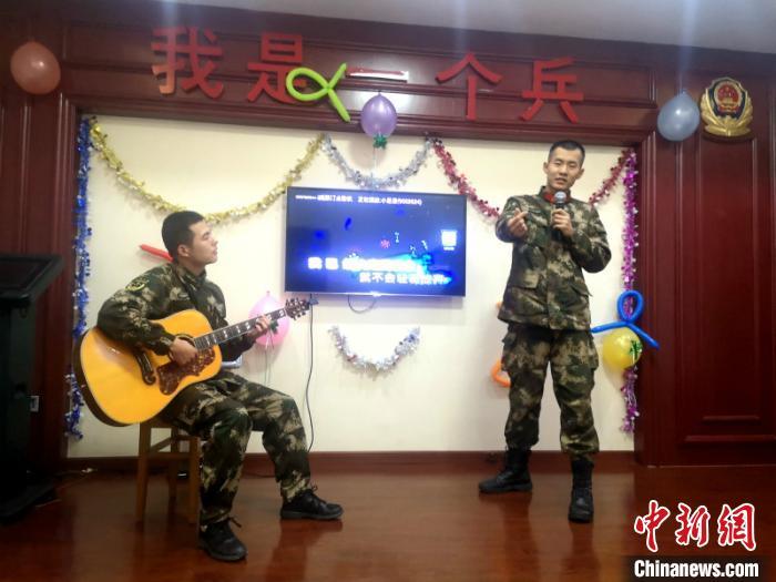 """""""00后""""新兵过春节:我在军营很开心"""